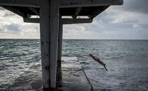 Мужчина прыгает в Черное море.