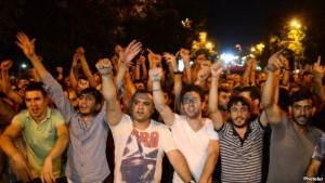 В Ереване депутаты заслонили демонстрантов живым щитом